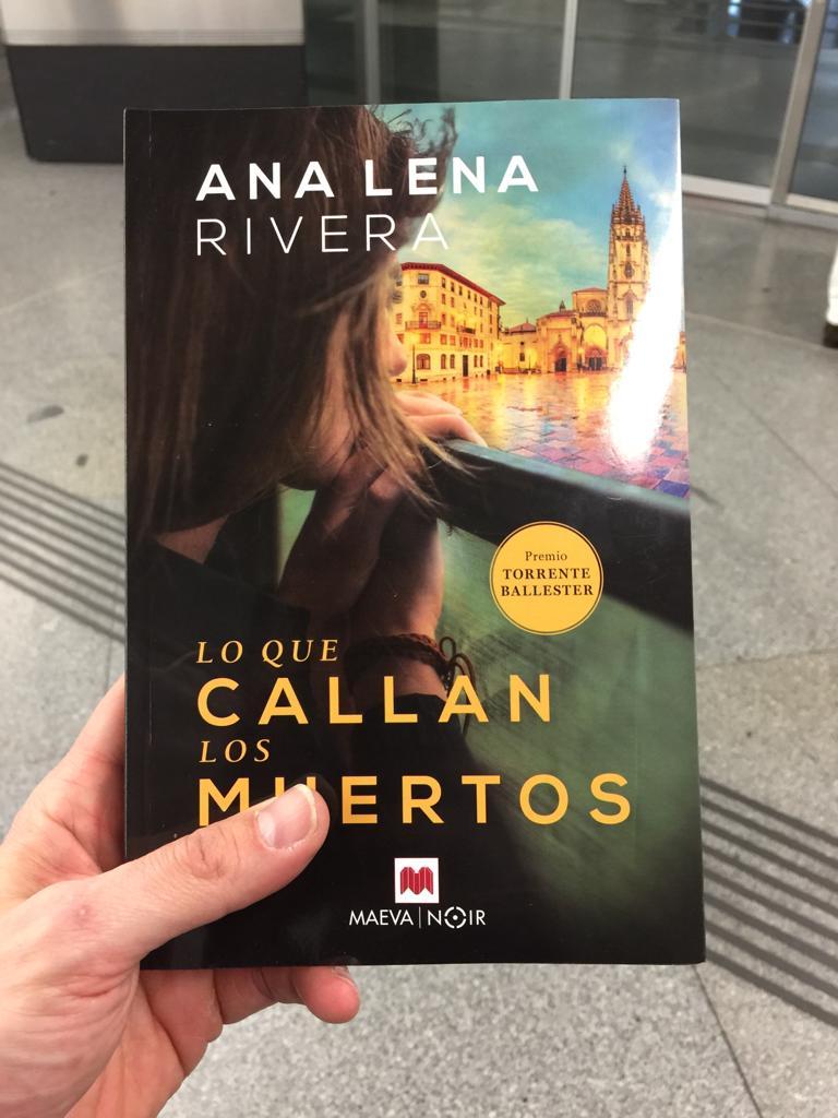 Divertidísima y genial reseña de Lo Que Callan Los Muertos en ¡Qué Bello es Leer!